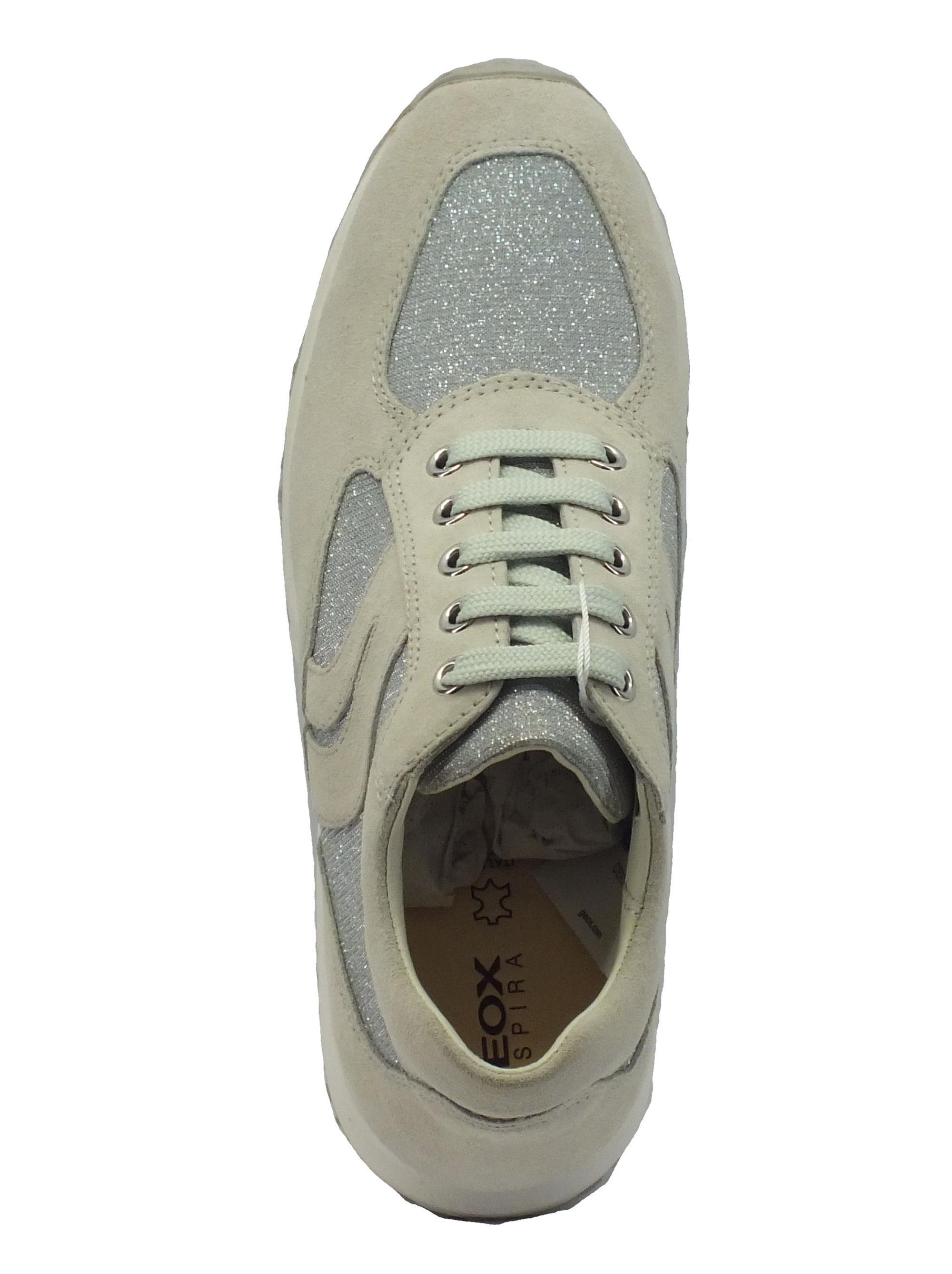 ... Sneakers Geox per donna in camoscio ghiaccio con dettagli in tessuto  glitterato 7ab330cc71c