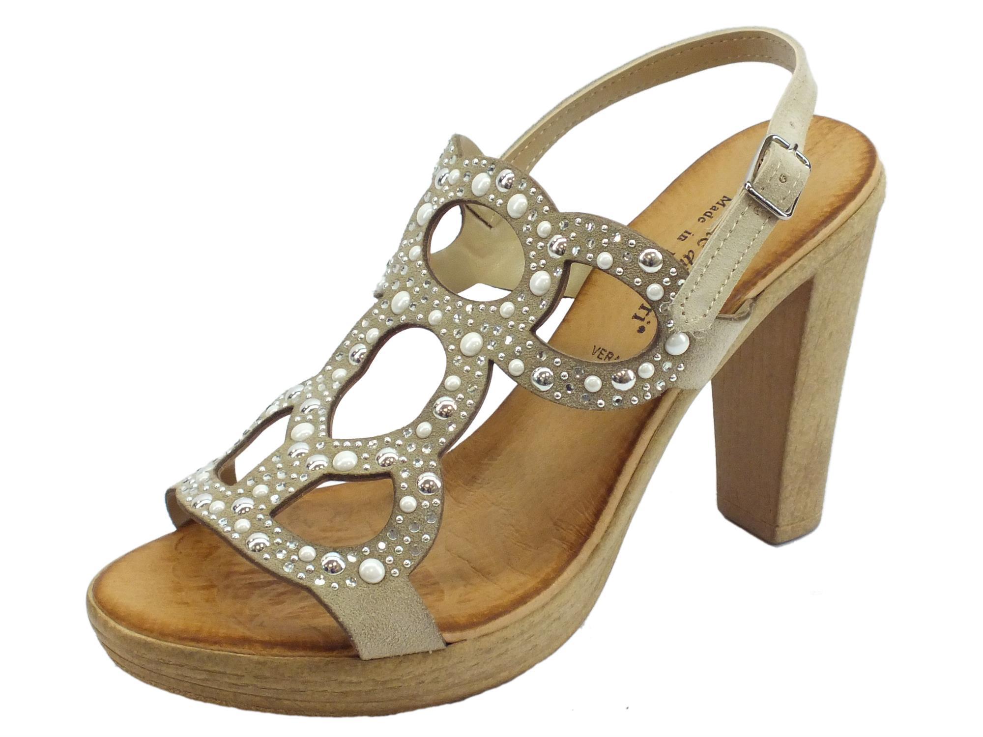 4fcbcc95dfc2e Sandali eleganti Mercante di Fiori in camoscio sabbia strass e borchiette  bianche tacco alto