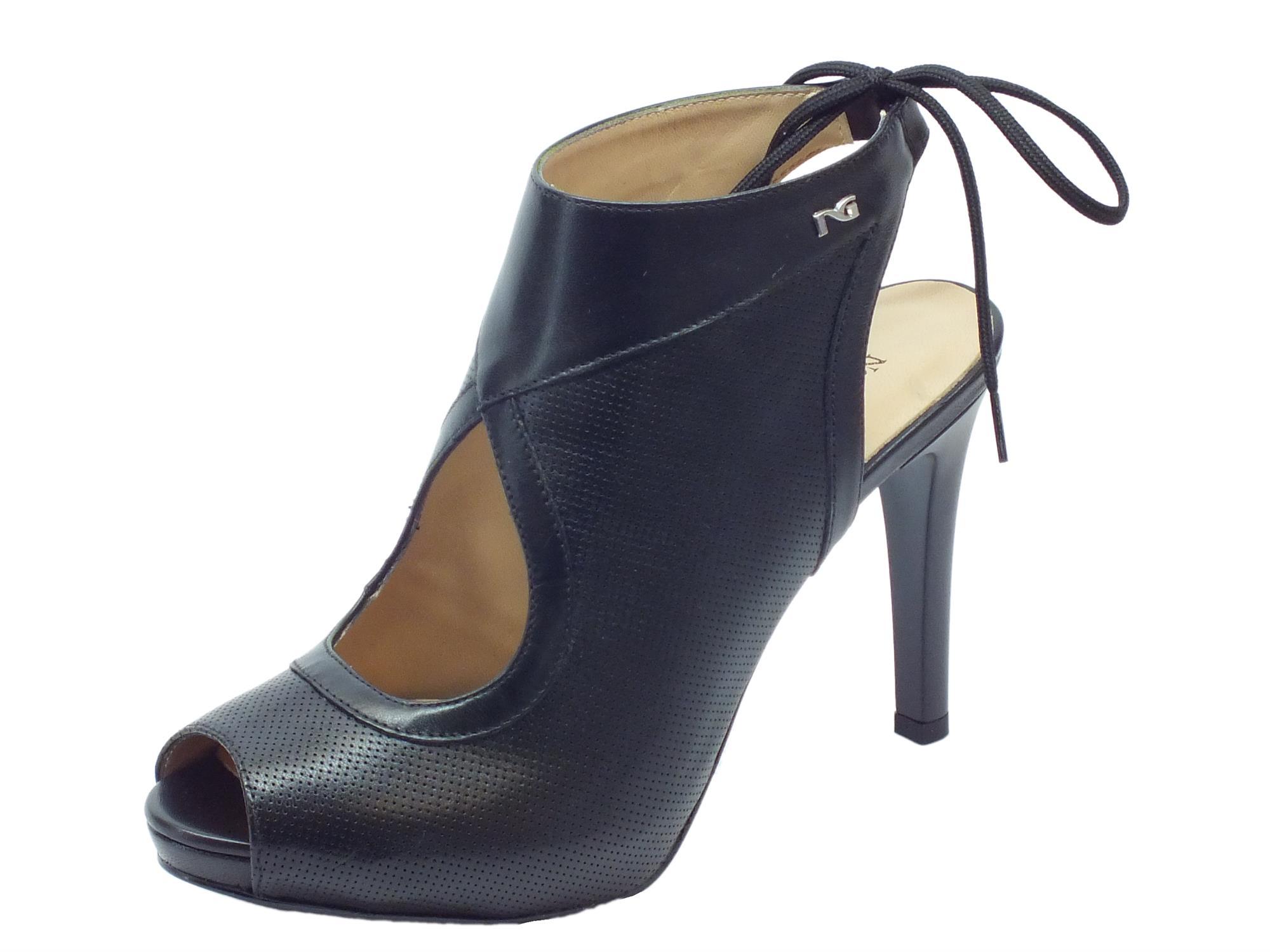 Sandali spuntati NeroGiardini per donna in pelle nera effetto traforato allaccio