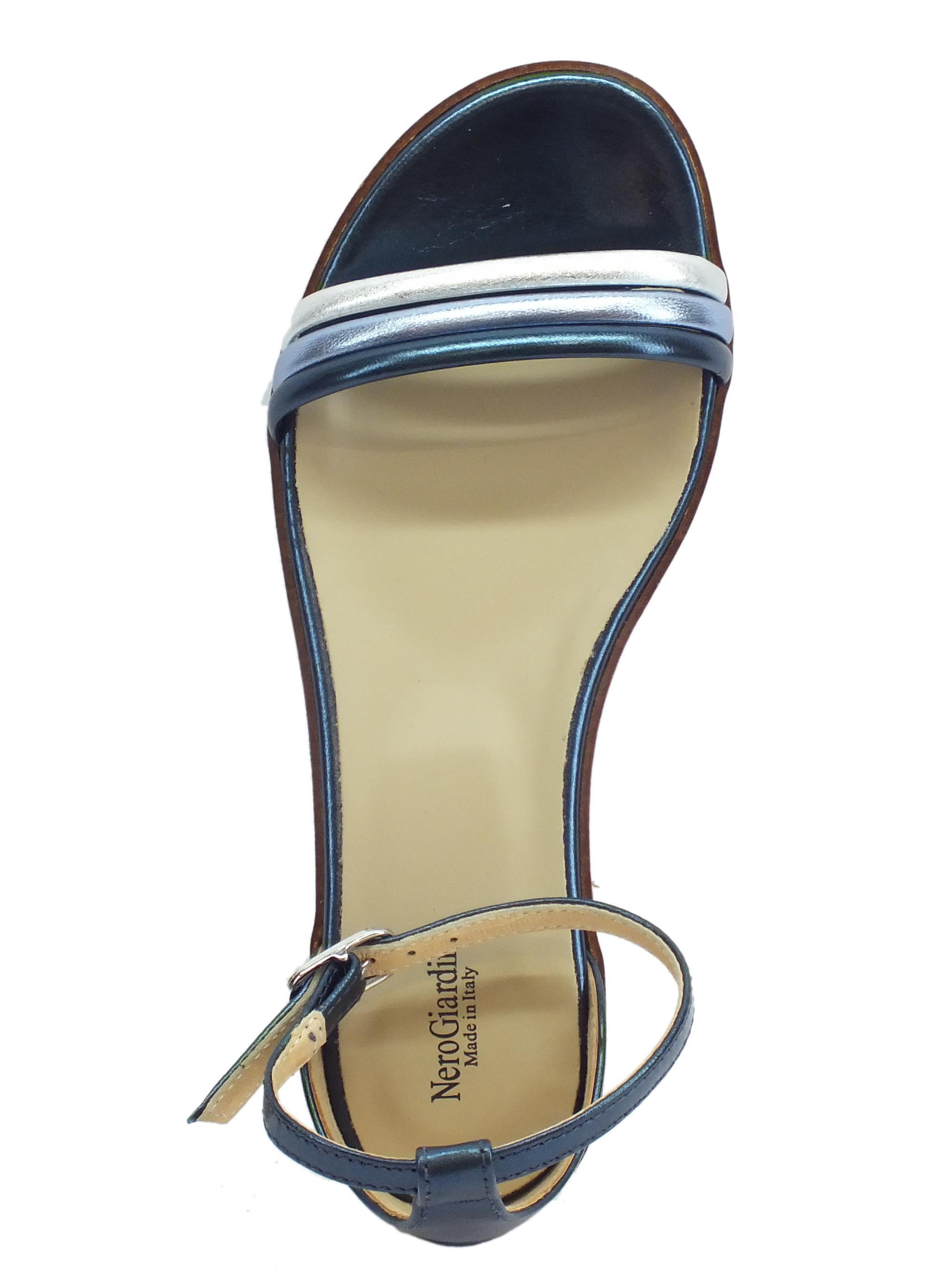 ... Sandali donna NeroGiardini in laminato blu e argento tacco basso 2a2168a6db2