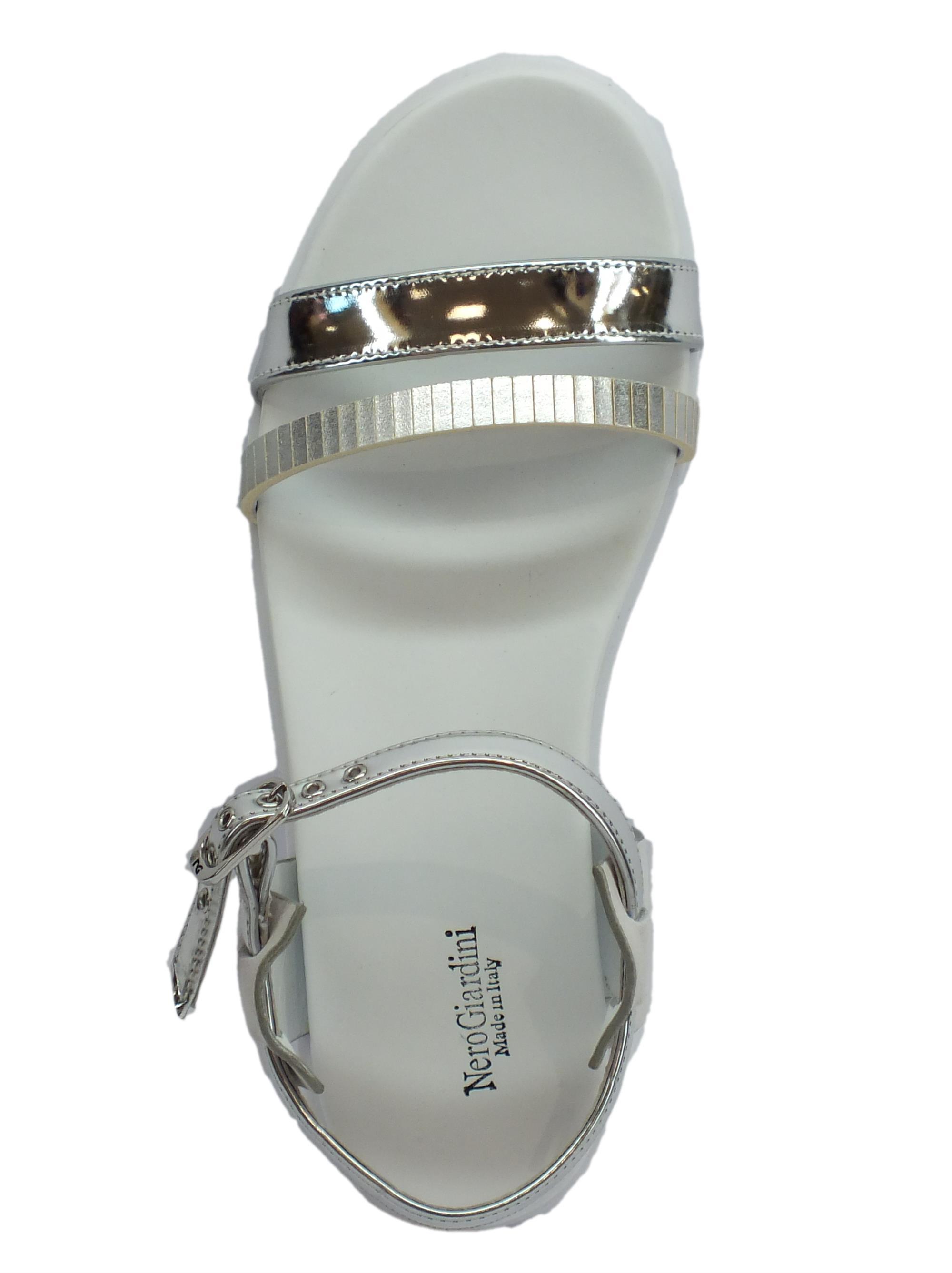 ... Sandali con zeppa NeroGiardini per donna in vernice argento zeppa bassa 1ad073c4141