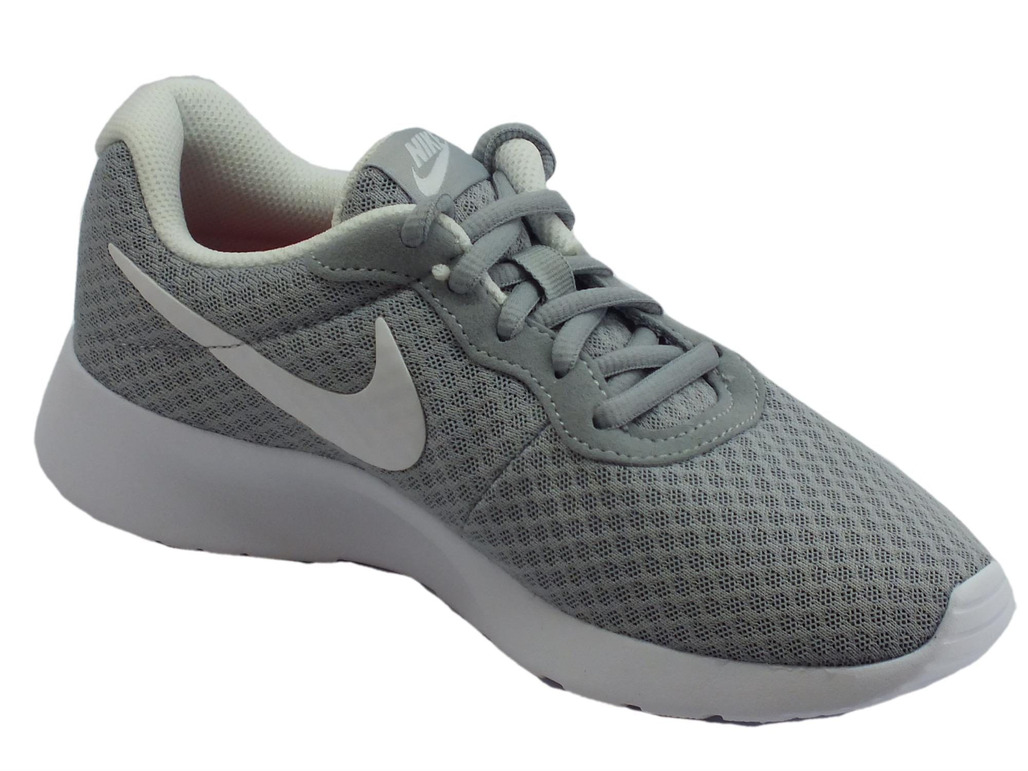 ... Scarpe sportive Wmns Nike Tanjun per donna in tessuto tecnico grigio e  bianco ... 2cd30350fe3