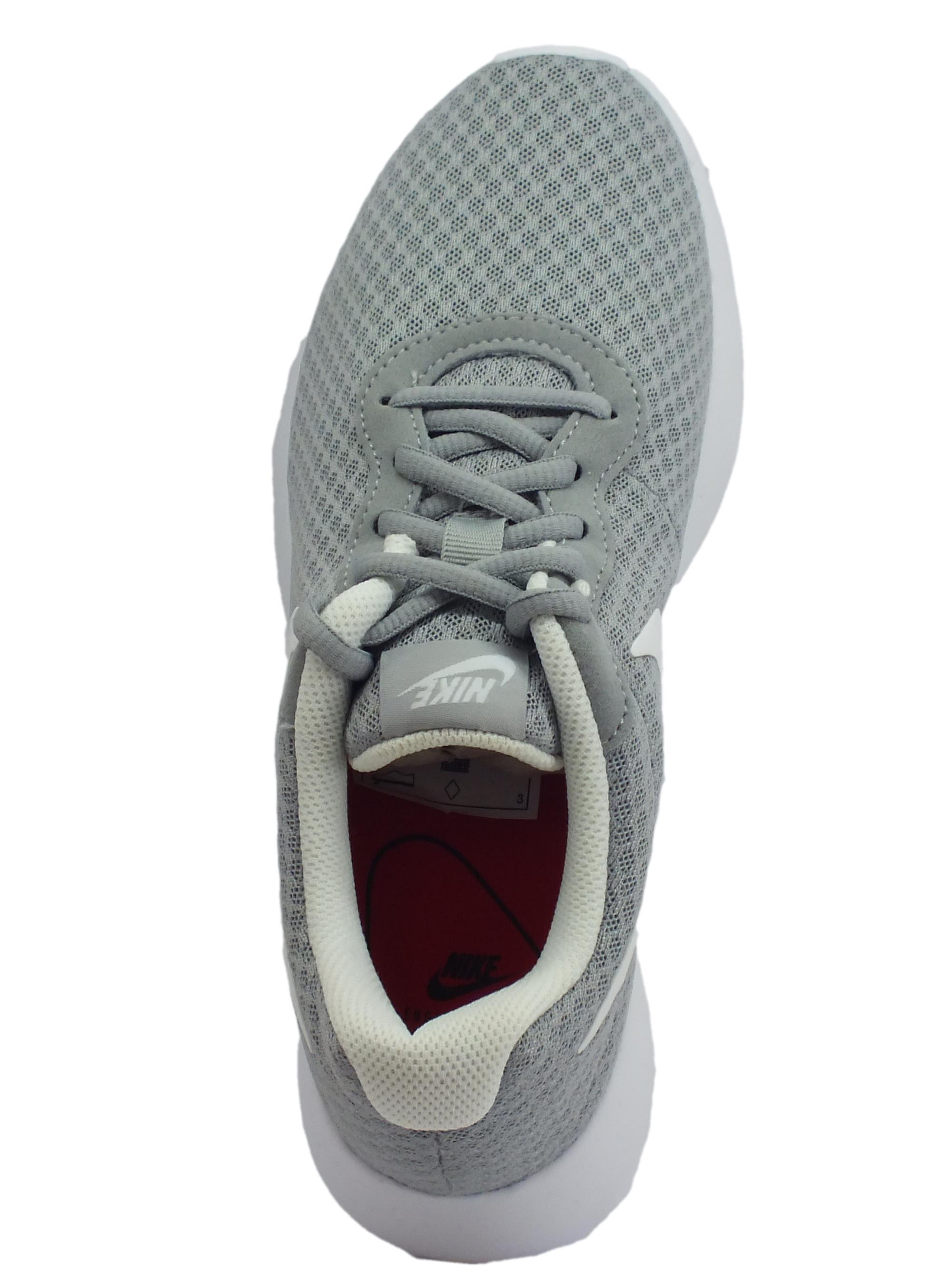 ... Scarpe sportive Wmns Nike Tanjun per donna in tessuto tecnico grigio e  bianco 5d0a5b325c9
