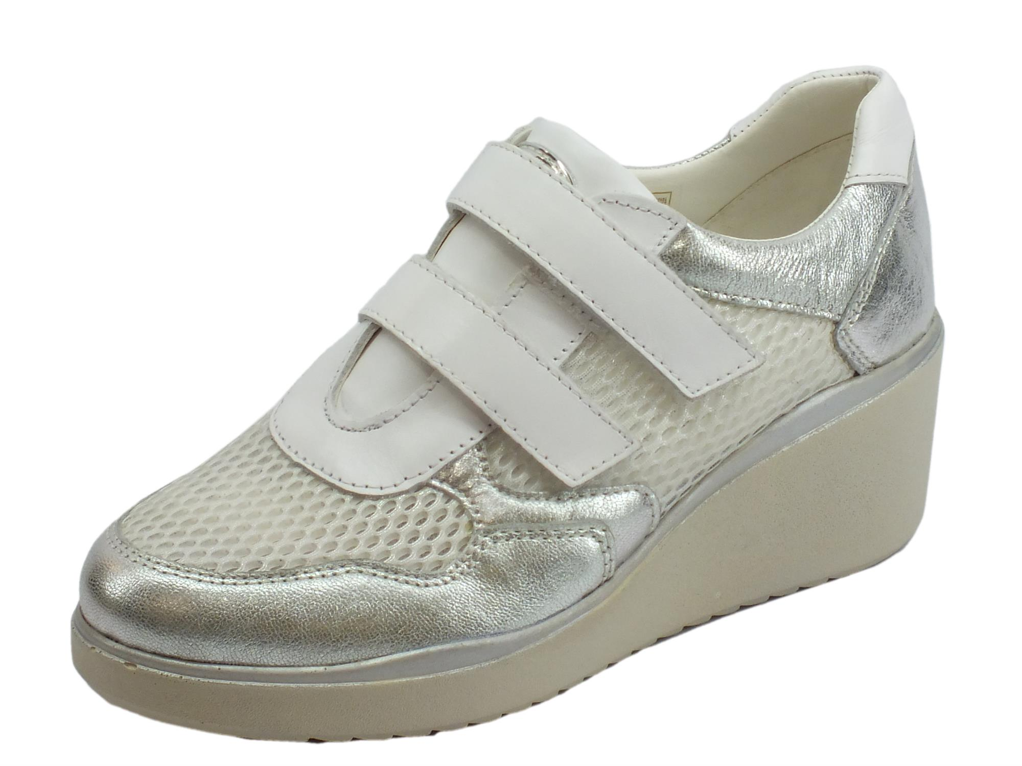 2c7343415aaf7 Cinzia Soft sneakers donna in tessuto bianco e pelle argento zeppa media