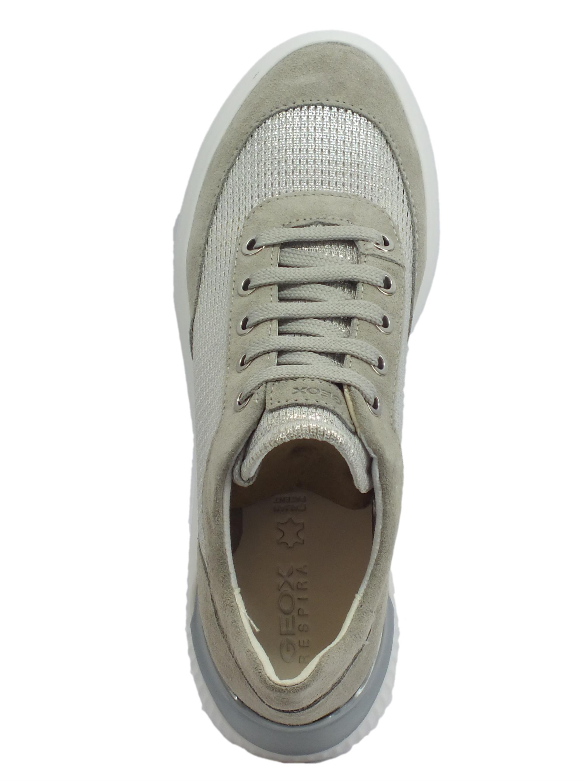 Sneakers Geox bassa in camoscio e tela.