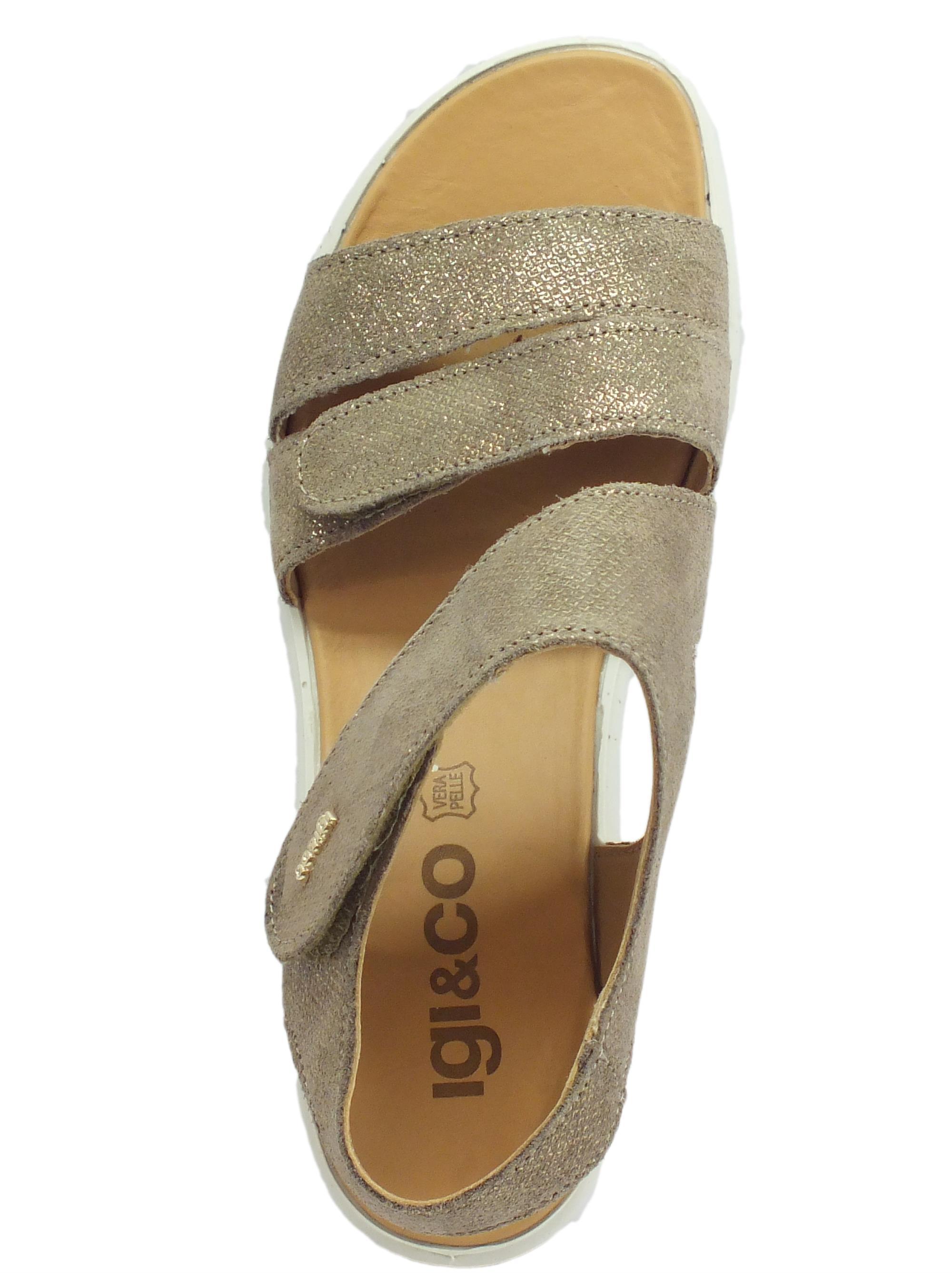 b46a248894f947 ... Sandali per donna Igi&Co in pelle scamosciata beige con riflessi oro  zeppa media