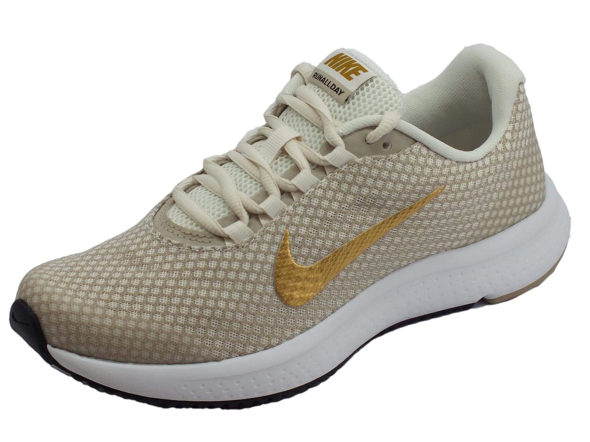promo code aa7c7 32185 Scarpe sportive Nike Run All Day per donna in tessuto beige e metallico