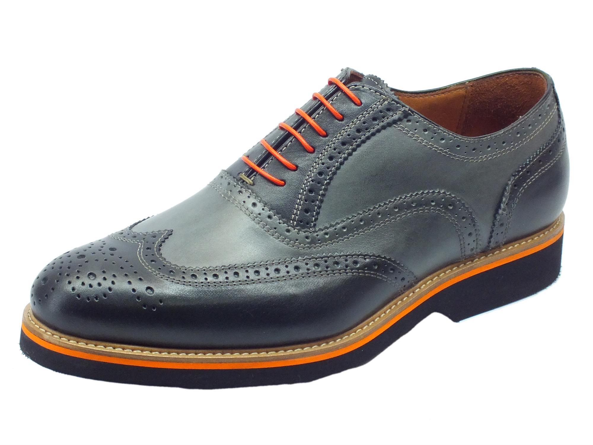 SCARPE UOMO Le scarpe uomo Geox si distinguono per un irresistibile fascino casual: colori grintosi e design contemporaneo rompono gli schemi dello stile formale, donando ai piedi un'eleganza fresca e disinvolta. Adatta ad essere indossata in ogni occasione.