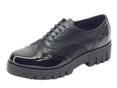 Scarpe in nappa pelle satinata e vernice nera con lavorazione duilio