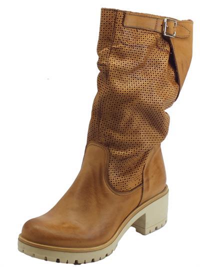 Articolo Deky stivali donna in nabuk spazzolato colore cuoio gambale punzonato tacco 6cm