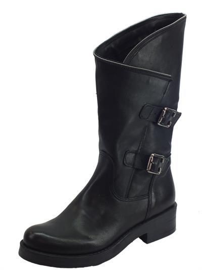 Articolo Deky Stivali in pelle colore nero con chiusura a portafoglio e lampo, tacco basso