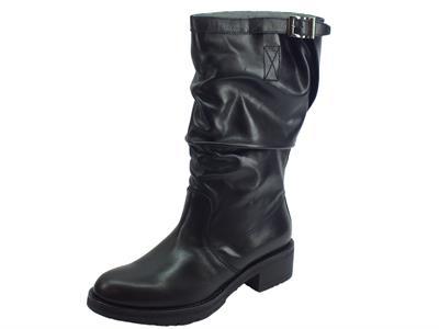 Articolo Stivali Nero Giardini arricciati in pelle nera tacco basso