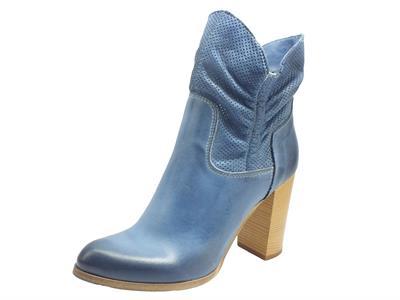 Articolo Deky M-223 Jeans Tronchetti con tacco alto e plateau per Donna in pelle traforata colore jeans
