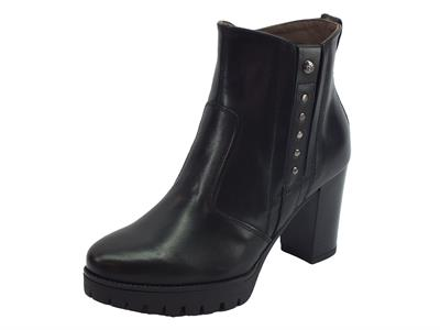 Tronchetti NeroGiardini eleganti in pelle nera con lampo e bulloncini tacco 8cm
