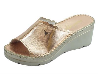 Articolo Cinzia Soft sandali scalsati zeppa alta in pelle laminato cipria