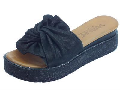 Articolo Melluso Walk sandali scalsati per donna in pelle annodata laminata nero con zeppa brillantinata