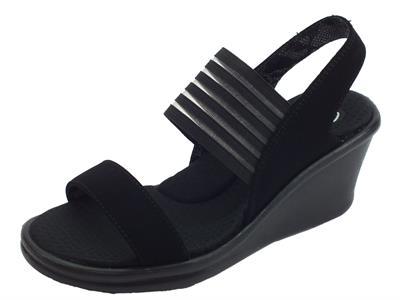 Articolo Sandali Skechers Rumblers per donna in tessuto elasticizzato nero zeppa alta