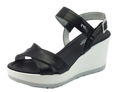 Sandalo NeroGiardini per donna in pelle nera zeppa media