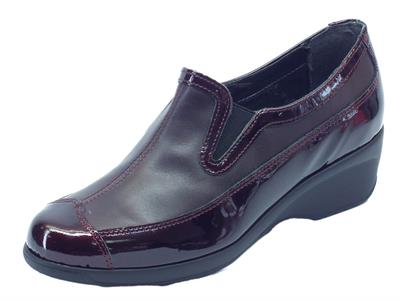 Mocassini Cinzia Soft per donna in pelle e vernice bordeaux zeppa media