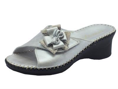 Ciabatte Cinzia Soft in pelle taupe-argento regoazione velcro
