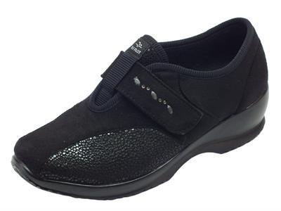 Articolo Pantofole chiuse Fly Flot in tessuto nero effetto nabuk chiusura a strappo
