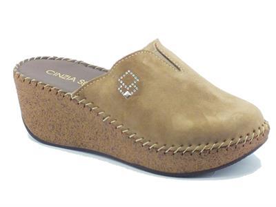 Articolo Pantofole per donna Cinzia Soft in camoscio taupe zeppa effetto sughero
