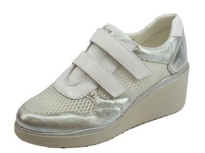 Articolo Cinzia Soft sneakers donna in tessuto bianco e pelle argento zeppa media