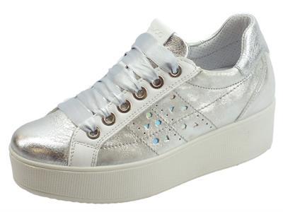 Articolo Igi&Co sneakers sportiva per donna in pelle argento sfumata lacci raso zeppa alta