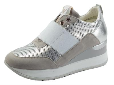 Articolo Melluso Walk R20433 Marika Pietra Sneakers per Donna in nabuk pietra e pelle argento zeppa interna
