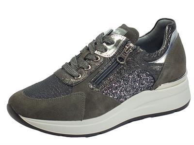Articolo NeroGiardini I013180D Velour Cemento Violey Sneakers Donna in nabuk grigio e glitter nero-argento