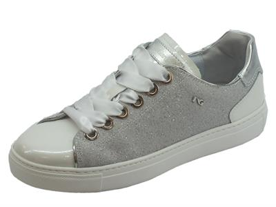 Articolo Sneakers basse NeroGiardini per donna in glitter argento vernice bianca e raso
