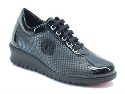 Articolo Sneakers Cinzia Soft per donna in ecopelle nera lucida con lacci