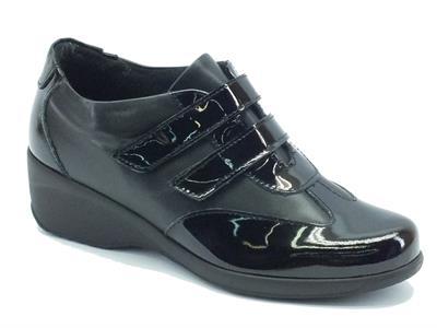 Articolo Sneakers Cinzia Soft per donna in pelle verniciata lucida nera doppio velcro