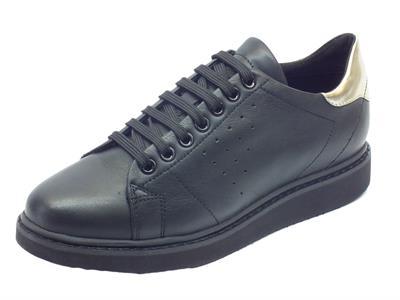 Sneakers Geox Thymar per donna in pelle nera sportiva con zeppa