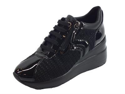 Articolo Sneakers Geox Zosma per donna in tessuto e vernice nera zeppa alta