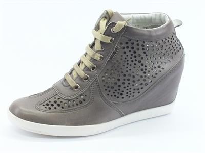 Articolo Sneakers Keys in pelle traforata taupe con zeppa