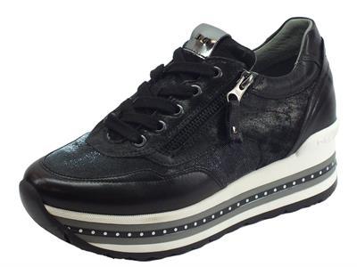 Articolo Sneakers Nero Giardini in pelle e nabuk neri con tessuto tecnico nero/argento zeppa media