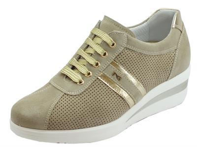 Articolo Sneakers NeroGiardini in nabuk effetto traforato colore avorio zeppa media