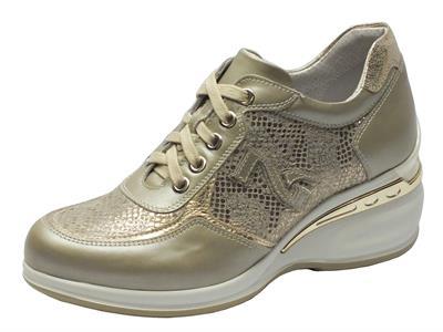 Sneakers NeroGiardini in pelle beige perlato con dettagli pitonato oro e zeppa