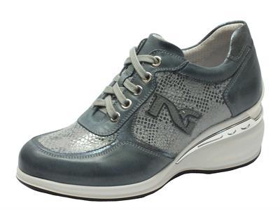 Articolo Sneakers NeroGiardini in pelle blu jensato con dettagli in pitonato argento e zeppa