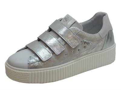 Articolo Sneakers NeroGiardini per donna in pelle bianca ed argento spazzolato
