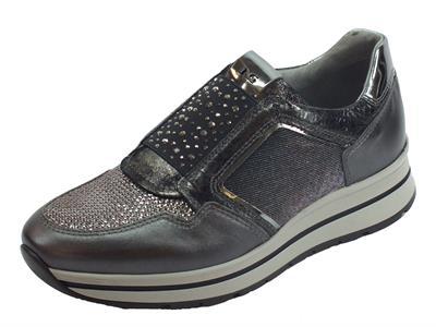 Sneakers NeroGiardini per donna in pelle piombo e tessuto inox con strass e bulloncini argento