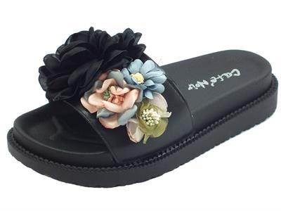 Ciabatte fashion CafèNoir per donna in gomma nera con fiori multicolore estetici zeppa alta