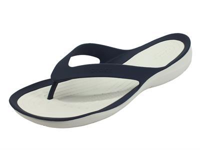 Articolo Crocs swiftwater flip w navy white infradito per Donna in gomma blu con zeppa bassa