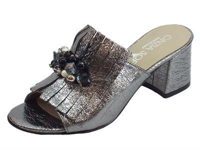 Articolo Cinzia Soft sandali scalsati tacco medio per donna in ecopelle grigio laminato