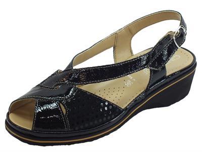 Articolo Cinzia Soft sandali comodi con zeppa media in pelle e vernice nero a poisse