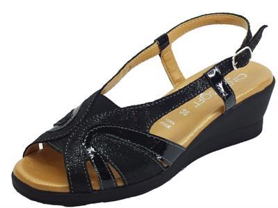 Articolo Cinzia Soft sandali con zeppa media in vernice e pelle motivo saffiano nero