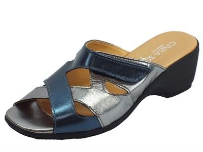 Articolo Cinzia Soft sandali in pelle laminato blu e peltro con regolazione a strappo