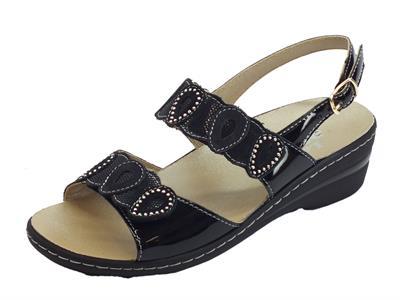 Articolo Melluso sandali in vernice nera con zeppa bassa doppia regolazione a strappo e fibbietta laterale