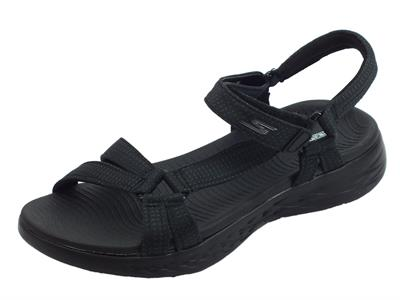 Articolo Sandali Brilliancy Skechers on the go per donna in tessuto nero zeppa bassa